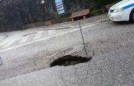 Piccola voragine nell'asfalto di via Roma a Carsoli, disposto il senso alternato del traffico locale