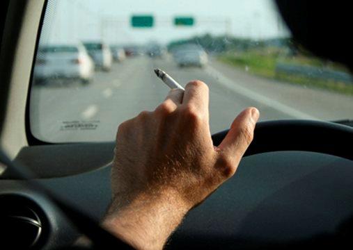 Fumare in auto sarà reato; proposta di legge Razzi-Scilipoti