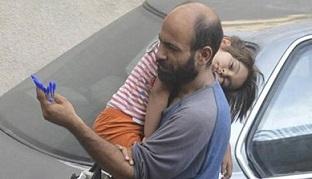 Abdul, la foto del profugo che vende penne