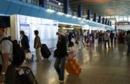 Fiumicino, addetto al check-in trova novemila euro e rintraccia il passeggero a Il Cairo e restituisce la somma